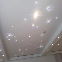 披露宴会場の天井を光らせる演出が可能