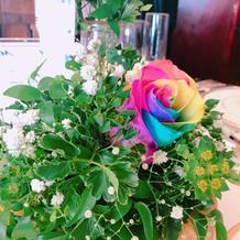虹色の薔薇ゲスト卓に全て用意。目立ってた