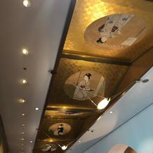 4階披露宴会場前 廊下天井