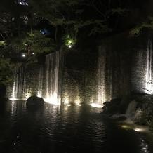 中庭の滝 夜はライトアップが綺麗です