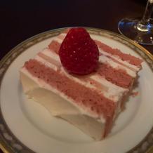 ウェディングケーキ!スポンジはピンク!