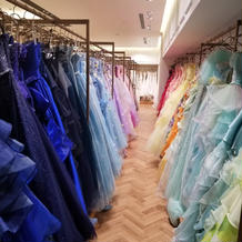 たくさんのカラードレスがあります