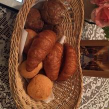 焼き立て熱々のパン。3種類。