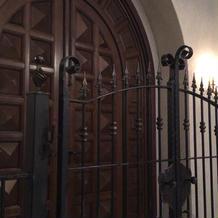 チャペルの入口に柵の門があるのは珍しい。