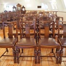 アンティークな椅子が並んでいます。