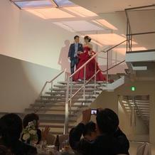 階段からの登場