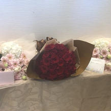両親への花束と新婦へのバラのサプライズ
