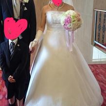 胸元にスワロフスキーのある白ドレス