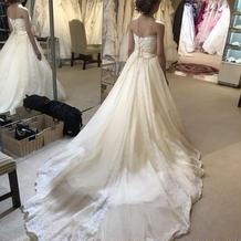 試着したドレス。アイボリー系の白色。