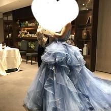アシンメトリーのカラードレス。