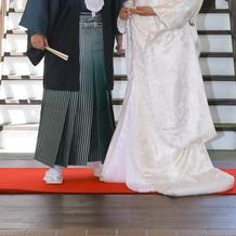 白無垢、袴は緑です
