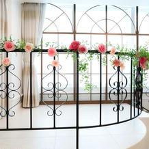 披露宴会場の階段装花もピンクで統一