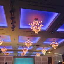披露宴会場内のお洒落なライト。