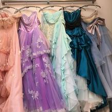 試着したカラードレス
