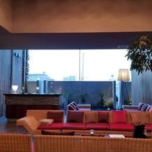 ゲストの待ち合い室と受付のテーブル