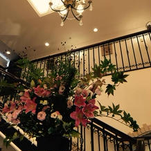 四季折々のお花で彩られる階段が素敵です