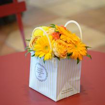 帰りにプレゼントできる花もテーブルに