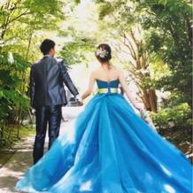 お色直しは鮮やかなブルーのドレス