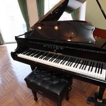会場内にはピアノが常設