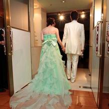 カラードレスとホワイトタキシード