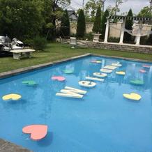 プールに文字をうかべてあります。