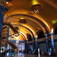 挙式会場の天井は金箔ドーム。豪華です。