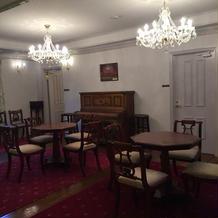 中階段にある家具もアンティーク。