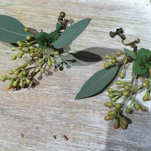 生の葉っぱでイヤリングを手作り。