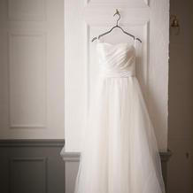シンプルなシルクとチュールのドレス。