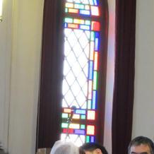 チャペル内の正面ステンドグラス