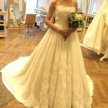 刺繍が素敵な白ドレス