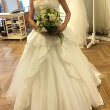 フレアが素敵なAライン白ドレス