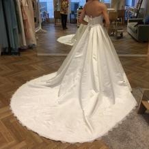 白ドレス後ろ姿