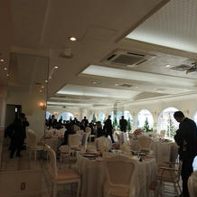 真っ白なイメージの披露宴会場でした。