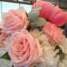 大きなバラの入ったテーブル装花
