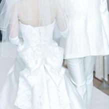 ドレスの後ろのデザインが素敵