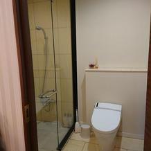 新郎新婦控え室に個室トイレとシャワーあり