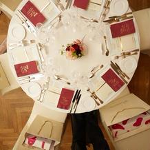 円卓は最大6人まで。お花は小ぶりに