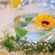 各テーブルに浮かべた向日葵