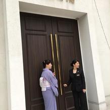 チャペルの外のドア