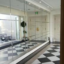 2階の会場へ続く廊下