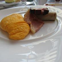 朝食の肉料理と卵料理