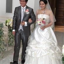 挙式時はシンプルなドレス。