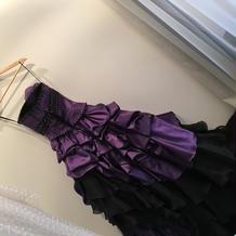 大のお気に入りの紫と黒のドレス。