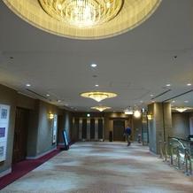 披露宴会場の外は、優雅な廊下です。