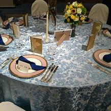 披露宴会場に使用する青のテーブルクロス