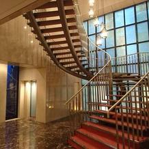 美しい螺旋階段とステンドグラスです。