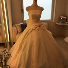 フェア用に飾られた提携衣装屋さんのドレス