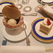 デザートとウエディングケーキ。お洒落!