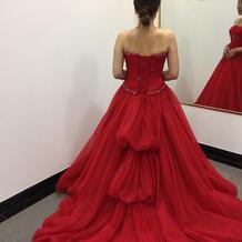 綺麗な鮮やかな赤のドレスでした。